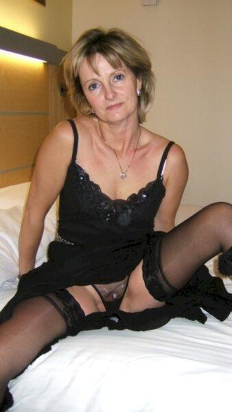 Belle femme cougar qui est intéressée par un plan entre libertins