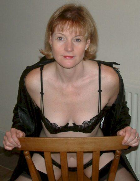 Femme cougar autoritaire pour gars soumis