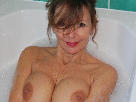 Femme cougar sexy dominatrice pour amant qui aime la soumission
